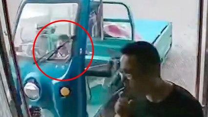 Un niño choca un bicitaxi electrico contra una tienda