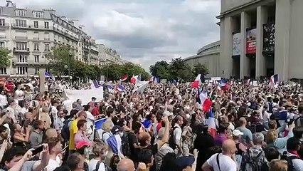 Multitudinaria manifestación en París contra el certificado Covid