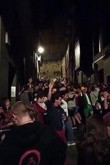 Los jóvenes de Estella siguen la fiesta de noche en la calle , a las puerta de la Herriko Taberna