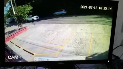 Intenta estacionarse y destruye local de una tienda de conveniencia