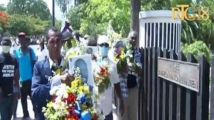 Responsab Debloke Ayiti yo depoze yon jèb flè devan MUPANAH nan memwa prezidan Jovenel Moïse