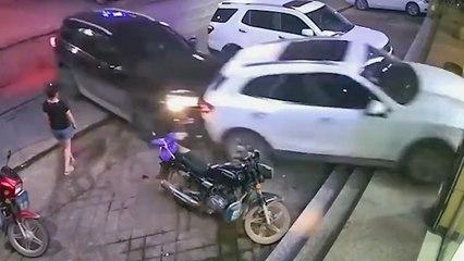 Autofahrer sieht rot: SUV rammt anderen Wagen zu Schrott