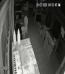 Delincuente gatea para llegar a la cámara de seguridad y taparla con un cojín