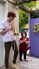Il bruite la vie de sa mère avec son trombone et c'est hilarant