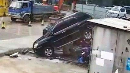 SUV außer Kontrolle: Fahrzeug rast rückwärts in Kleintransporter