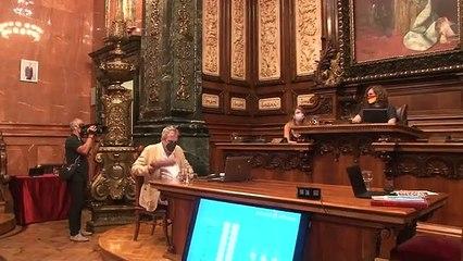 Ada Colau torna a col·locar el retrat de Felipe VI al saló de plens de Barcelona