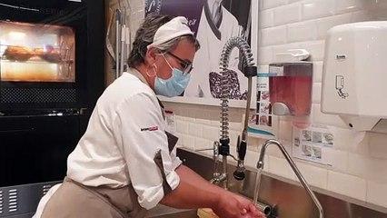 Béatrice se lave les mains et nettoie ses instruments plusieurs fois par jour