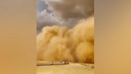 Muro gigante de arena consume la ciudad de Riad