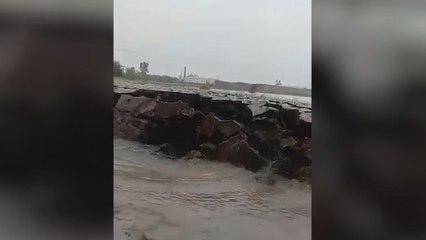 Un énorme morceau de terre surgit mystérieusement d'une rivière