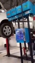 Ce garagiste découvre un cobra énorme sous la voiture qu'il répare