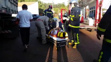 Motociclista para embaixo de carreta após colisão na Avenida Olindo Periolo