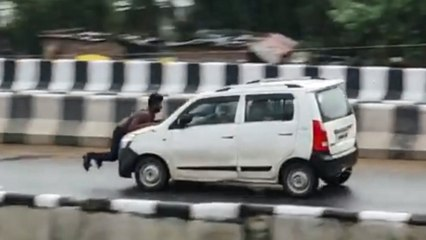 Streit eskaliert: Fahrer flüchtet mit Mann auf der Motorhaube