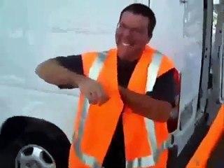 Le rire délirant d'un ouvrier après avoir entendu une blague