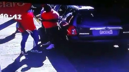 Cámara de seguridad graba el modo que opera una banda en zona 7