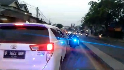Ambulans Bawa Ibu Hamil yang Ingin Melahirkan Dihalangi Mobil Pribadi