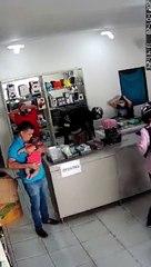 Bandidos assaltam loja em Cajazeiras e apontam arma para homem com bebê nos braços