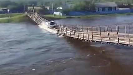 Un chauffeur s'engage sur un pont qui menace de casser