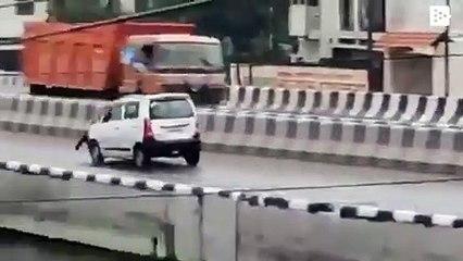 Un conductor en Kanpur arrastra a un hombre sobre el capó del coche