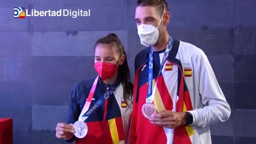 Los deportistas Adriana Cerezo y David Valero ya lucen sus medallas en España