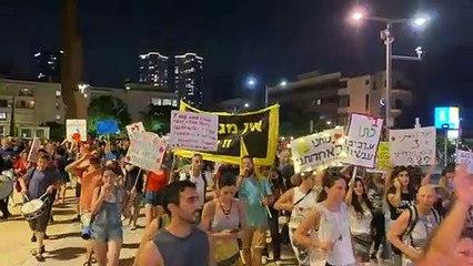 المئات يتظاهرون في تل أبيب احتجاجا على فرض قيود جديدة في مواجهة ارتفاع الإصابات بكوفيد