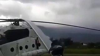 Jeu dangereux pour ces enfants : sauter sur les pales d'un hélicoptère...