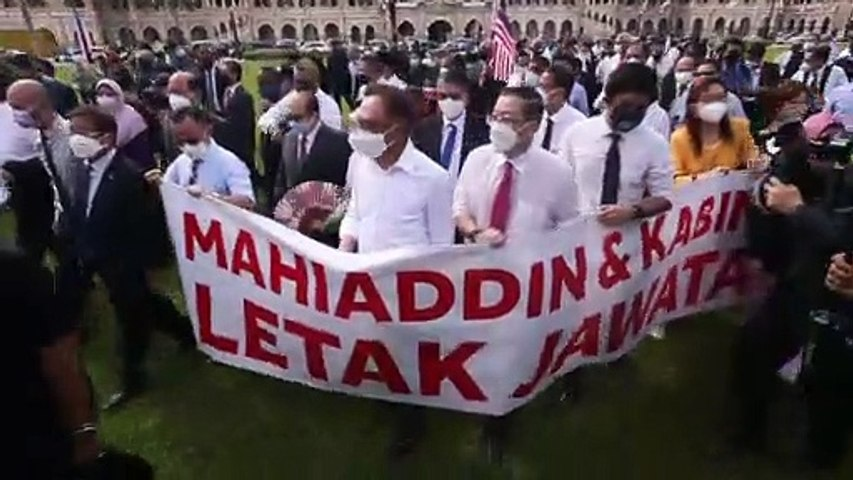 Opposition MPs march towards Parliament gates