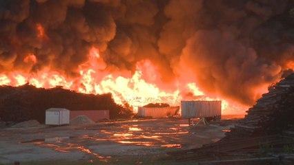 Inferno: Tausende Bahnschwellen gehen in Flammen auf