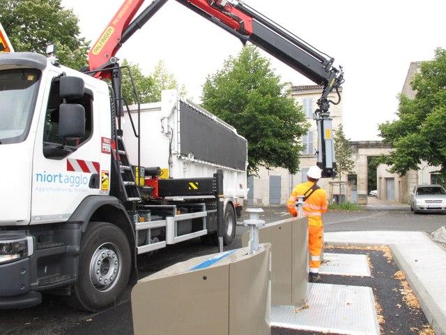 Niort : un camion vide une des nouvelles colonnes enterrées place Chanzy
