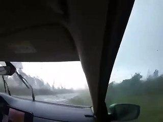 Des arbres tombent devant une voiture pendant une tempête (Biélorussie)