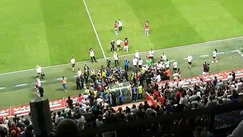 Nice-OM : les joueurs rentrent au vestiaire après l'envahissement de la pelouse