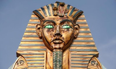 """أذن قناع توت عنخ آمون الذهبي تؤكد أنه """"صنع لفرعون آخر"""""""