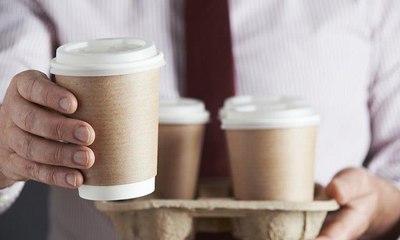 ضجة على مواقع التواصل السعودية بسبب مندوب شركة توصيل يبصق في أكواب القهوة قبل تسليمها