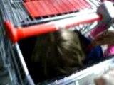 Morgane enfermée dans le caddie