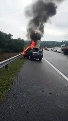 罗里与4驱车猛撞  1司机被烧死