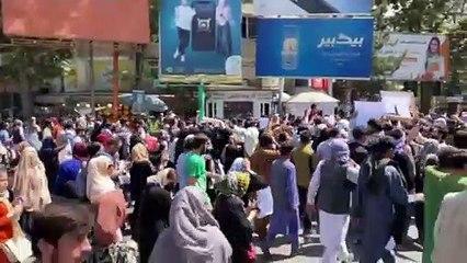 Taliban, Kabil'de göstericileri dağıtmak için havaya ateş açtı