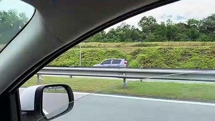 轿车在大道逆向行驶 险象环生