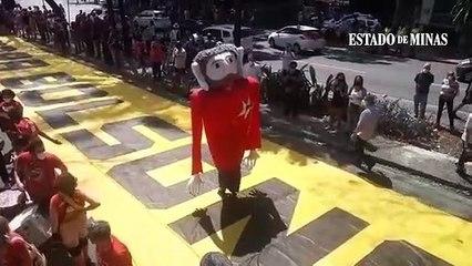 Lula caminha sobre faixa de Fora Bolsonaro