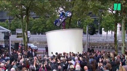 Hommage à Johnny Hallyday: les images de la statue installée devant Bercy