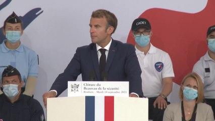 """Emmanuel Macron: """"Nous allons créer un centre de formation pour les policiers en région parisienne"""