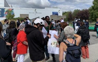 Des manifestations anti-vaccins devant des écoles