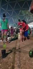 Momento da troca de saberes das anciãs para as indígenas mais jovens antes do reflorestamento