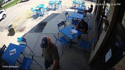 Panique d'un chien à la terrasse d'un bar