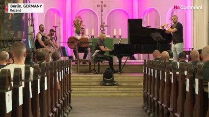 Berlin'de eşcinsel deri tutkunları kilisede klasik müzik resitalinde bir araya geldi