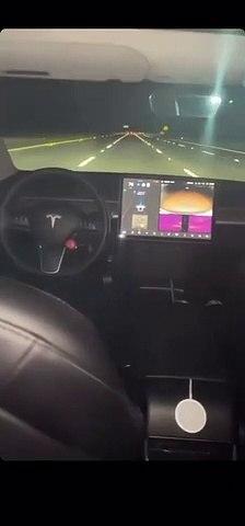 Il roule avec sa Tesla en pilotage automatique sans être sur le siège conducteur... risqué
