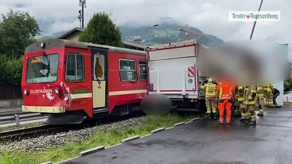 Zillertalbahn erfasste Lkw auf Bahnübergang