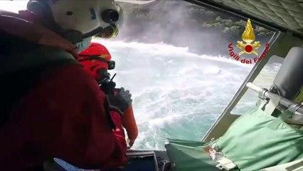 Elisoccorritori in azione per un ragazzo in difficoltà in mare: spettacolare salvataggio a Camogli - VIDEO