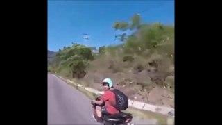 Un petit high five à un inconnu en moto... mauvaise idée