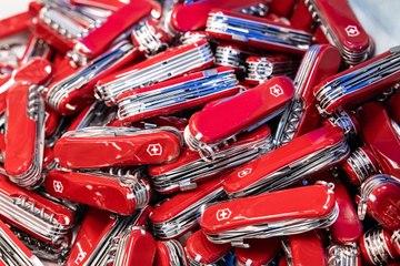 Victorinox: La fabrication d'un couteau suisse Video Preview Image