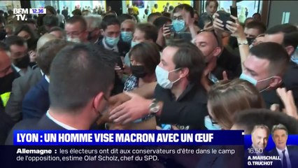 En dplacement Lyon, Emmanuel Macron cibl par un projectile lors d'un bain de foule