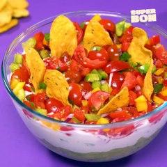Dip triple couche au guacamole, crème et sauce salsa